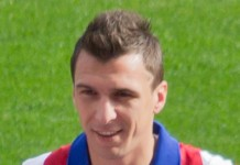 Mario Mandzukic, fonte By By Carlos Delgado (Own work) - https://commons.wikimedia.org/wiki/File%3AAtl%C3%A9tico_de_Madrid_2014-2015_-_01.jpg, CC BY-SA 4.0, https://commons.wikimedia.org/w/index.php?curid=37279793