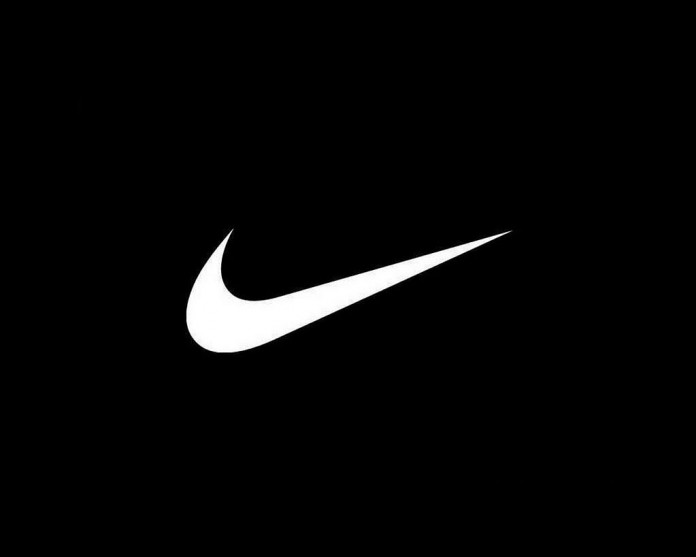 Logo Nike, fonte By Carolyn Davidson, Public Domain, https://commons.wikimedia.org/w/index.php?curid=8978146