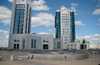 Il parlamento kazako ad Astana, By msykos - http://www.flickr.com/photos/msykos/2572704701/, CC BY 2.0, https://commons.wikimedia.org/w/index.php?curid=14670458