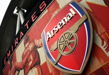 Emirates Stadium Logo Arsenal, fonte Di Myself (Singha94) - Photo déchargée directement de l'appareil photo, Pubblico dominio, https://commons.wikimedia.org/w/index.php?curid=11135677