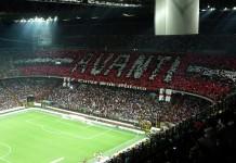 Stadio San Siro, curva del Milan, fonte By nobbiwan - Flickr: 2009-08 Derby- AC Milan vs Inter at San Siro (13 of 19), CC BY 2.0, https://commons.wikimedia.org/w/index.php?curid=20781954