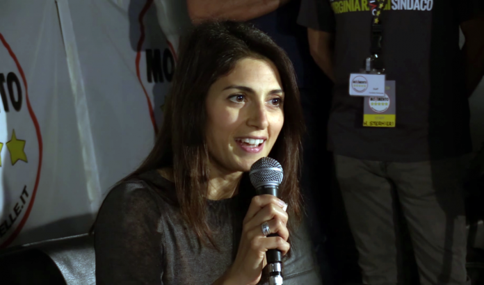 Virginia Raggi, sindaca di Roma, fonte Di Movimento 5 Stelle - youtube.com, video caricato sul canale ufficiale del gruppo parlamentare del Movimento 5 Stelle, CC BY 3.0, https://commons.wikimedia.org/w/index.php?curid=49948667