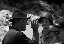 "Mel Gibson e Andrew Garfield sul set di ""Hacksaw Ridge"", font Flickr"