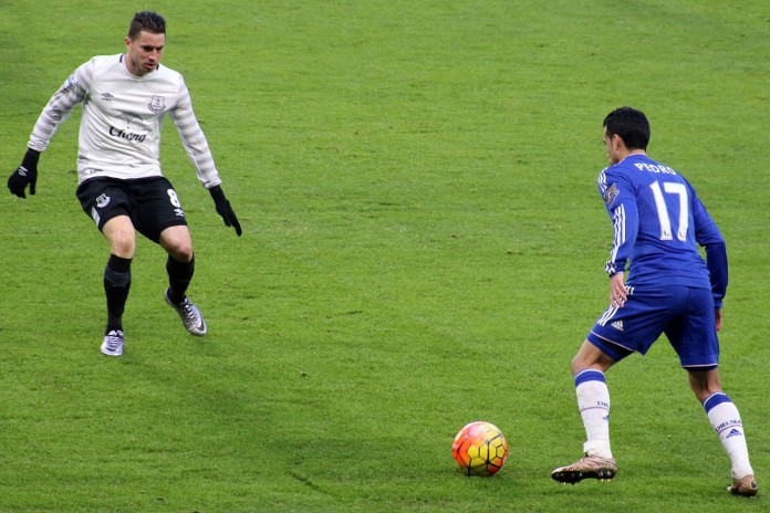 Bryan Oviedo e Pedro, fonte By @cfcunofficial (Chelsea Debs) London - Chelsea 3 Everton 3, CC BY-SA 2.0, https://commons.wikimedia.org/w/index.php?curid=46455109