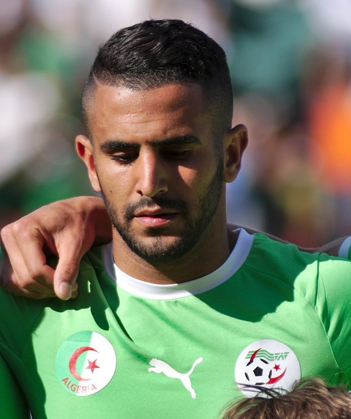 Riyad Mahrez, fonte By Clément Bucco-Lechat - Own work, CC BY-SA 3.0, https://commons.wikimedia.org/w/index.php?curid=60651301