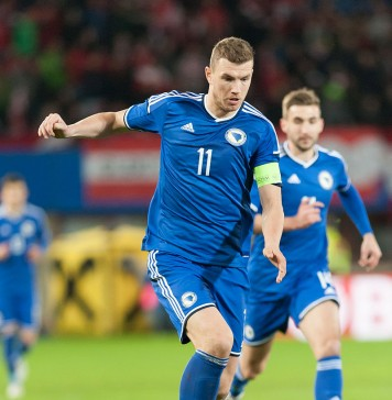 Edin Dzeko, fonte By Ailura, CC BY-SA 3.0 AT, CC BY-SA 3.0 at, https://commons.wikimedia.org/w/index.php?curid=39395900