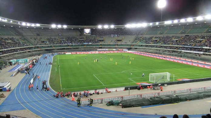 Stadio Bentegodi, casa di Hellas Verona e Chievo Verona, fonte By El passs on the Italian Wikipedia - Originally uploaded to the Italian Wikipedia on July 16, 2012, CC BY-SA 3.0, https://commons.wikimedia.org/w/index.php?curid=31638220