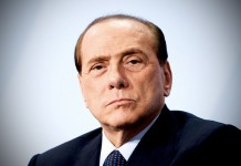 Silvio Berlusconi, fonte By paz.ca - https://www.flickr.com/photos/pazca/8366737971/, CC BY 2.0, https://commons.wikimedia.org/w/index.php?curid=49343042