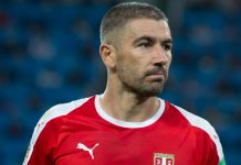 Kolarov, fonte Di Екатерина Лаут - https://www.soccer.ru/galery/1055634/photo/733894, CC BY-SA 3.0, https://commons.wikimedia.org/w/index.php?curid=70308218