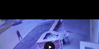 Padre violento getta la figlia dalle scale