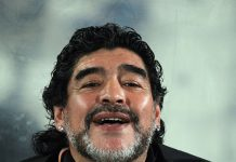 Diego Maradona, fonte By Doha Stadium Plus Qatar - Flickr: Diego Maradona, CC BY 2.0, https://commons.wikimedia.org/w/index.php?curid=28834908